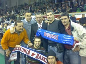 Con conocidos periodistas vitorianos, en un partido del Baskonia en Lujbiana
